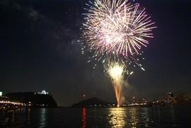 船上から打ち上げられる花火