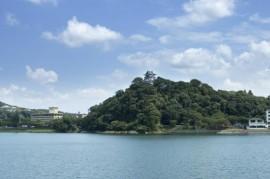 木曽川の南岸にそそりたつ犬山城